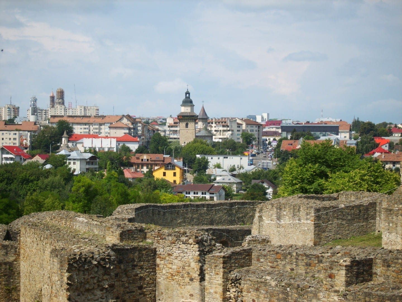 Vista del centro de Suceava, desde la fortaleza Suceava Rumania