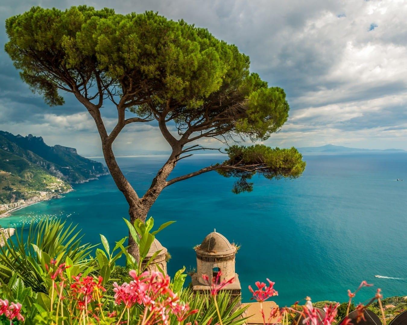 Vista desde los jardines de Villa Rufolo Ravello Italia