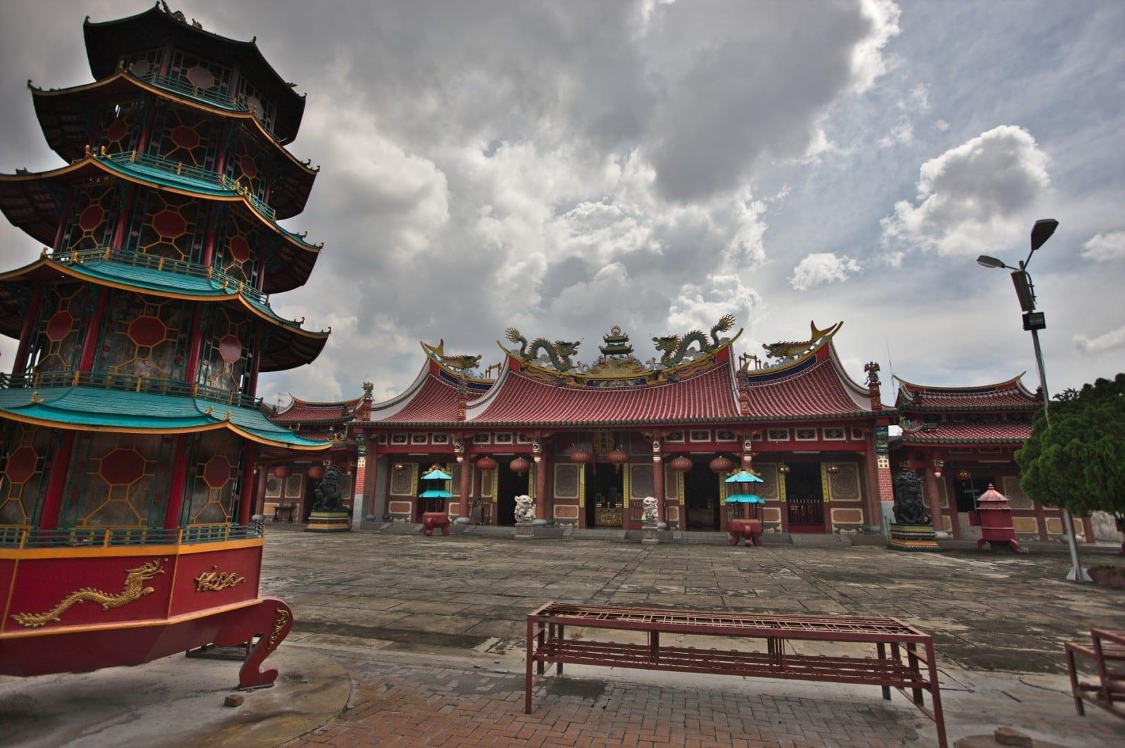 Vista hacia el salón principal con el quemador de incienso a la izquierda. El templo daoísta chino de Vihara Gunung Timur. Medan Indonesia