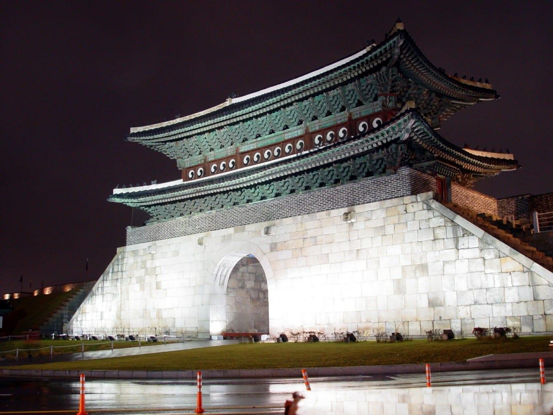 Vista nocturna de Janganmun, la puerta norte de la fortaleza de Hwaseong... Suwon Corea del Sur