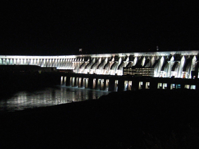 Vista nocturna de la presa de Itaipú Ciudad del Este Paraguay
