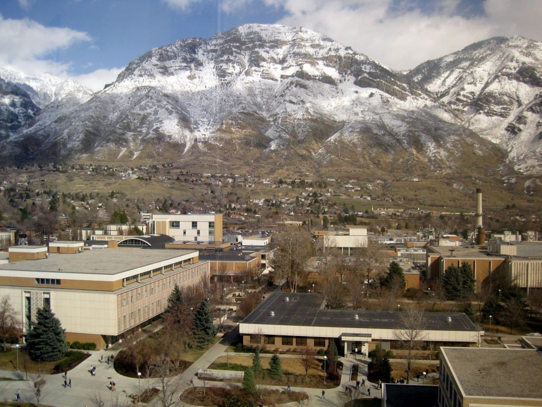 Vista parcial del campus de BYU con la Montaña Y. Provo UT Estados Unidos