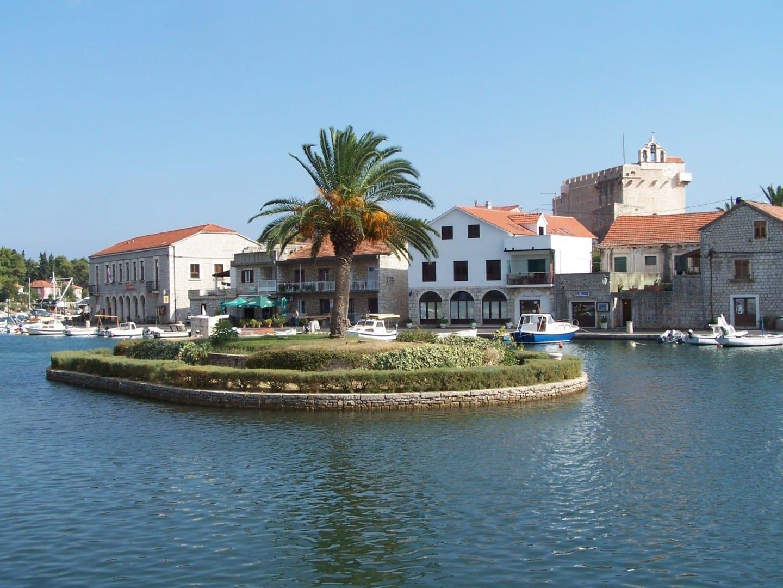 Vrboska, un asentamiento en la costa norte de la isla Isla de Hvar Croacia