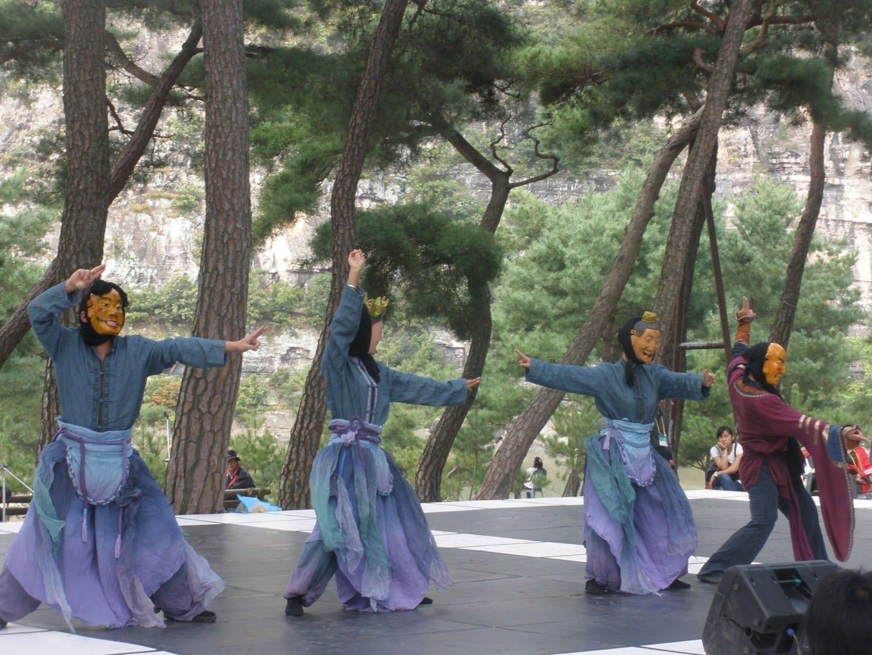 Actuación en el festival de la aldea popular de Hahoe. Andong Corea del Sur