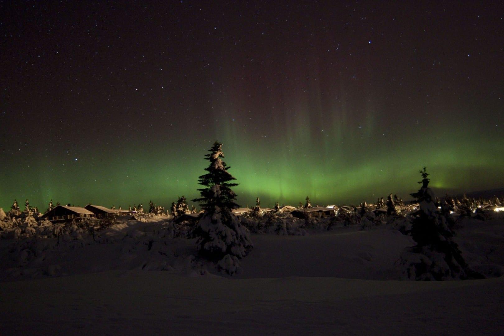 Aurora Boreal (aurora boreal) sobre las cabañas de esquí de Trysil Trysil Noruega