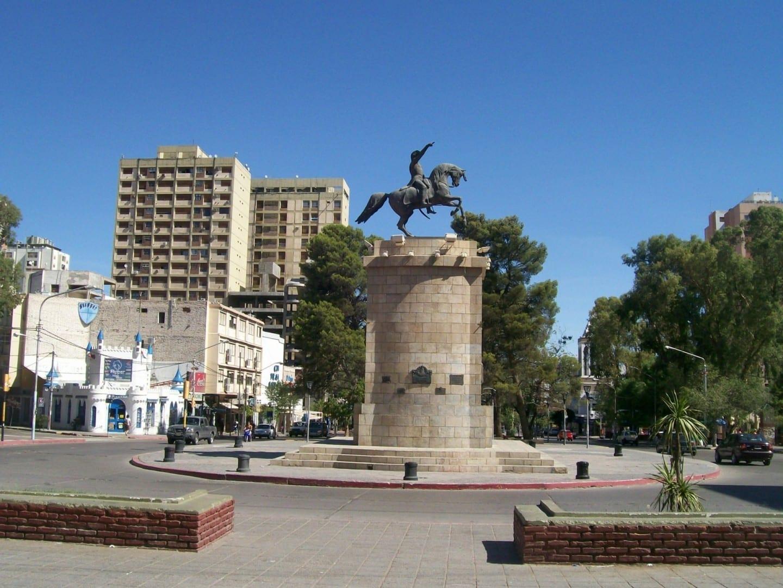 Avenida Argentina con el Monumento a San Martín Neuquen Argentina