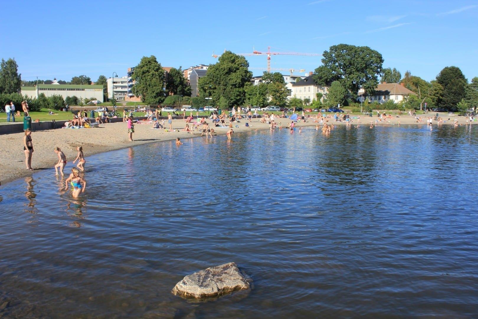 Bañarse en Koigen durante el verano. Hamar Noruega