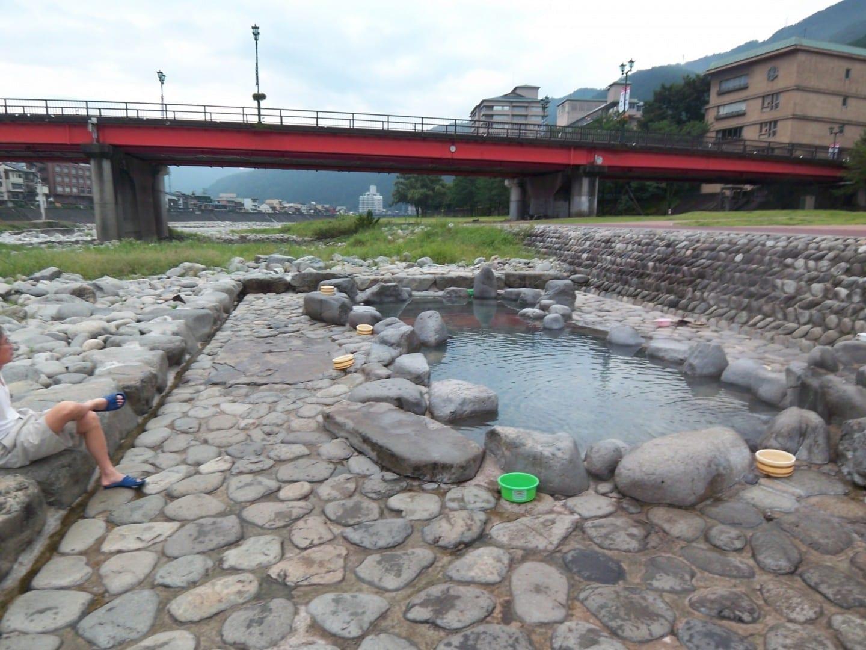 baño claramente visible para los transeúntes en el puente, pero es gratis. Gero Japón