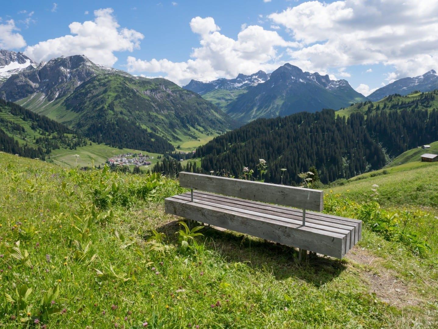 Banco en un sendero de excursión por encima de Lech Lech am Arlberg Austria