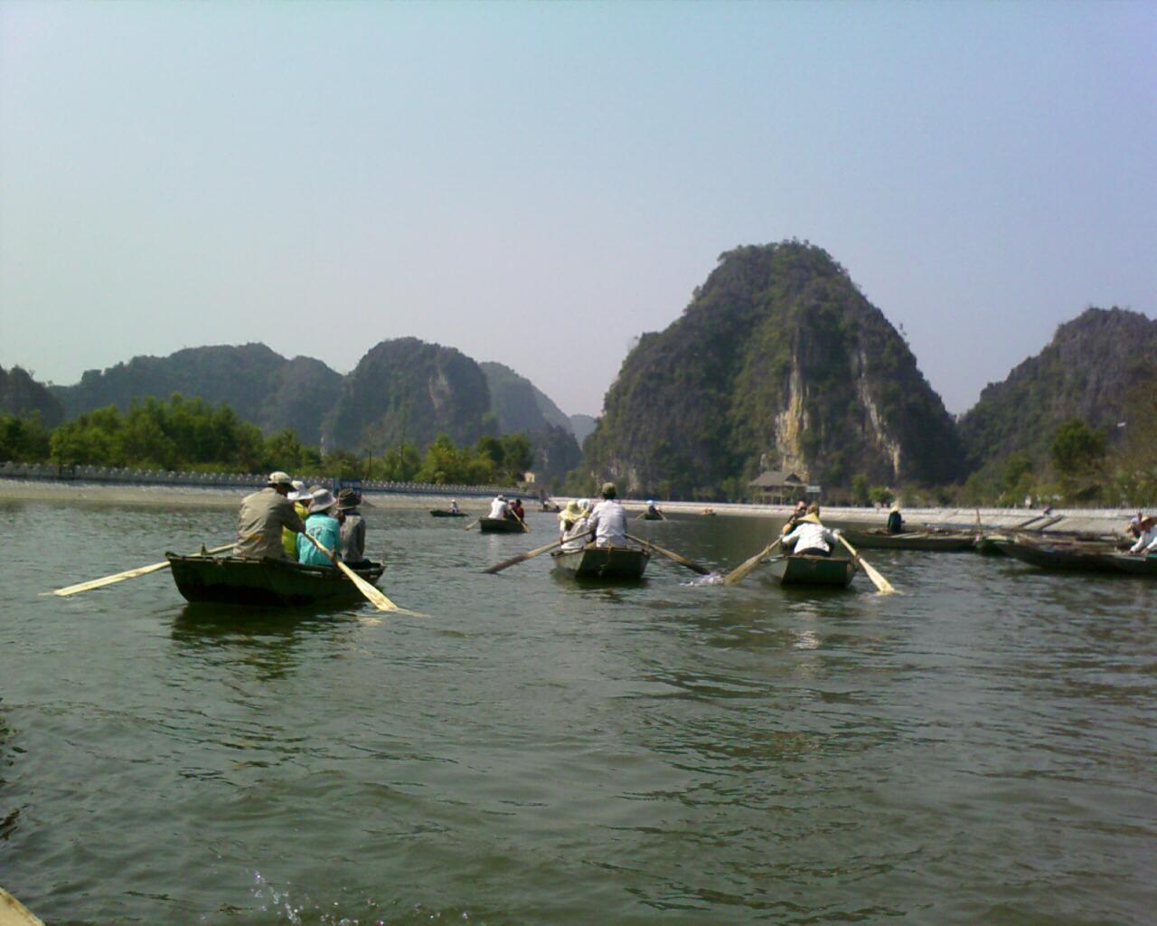 Barcos de excursión en la cercana zona de Tam Coc Ninh Binh Vietnam