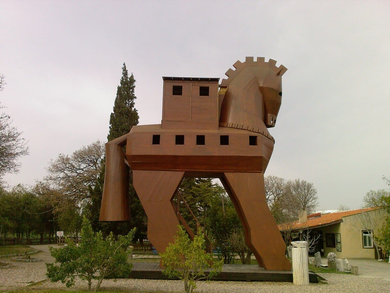 Caballo de Troya en la entrada del sitio Troya Turquía