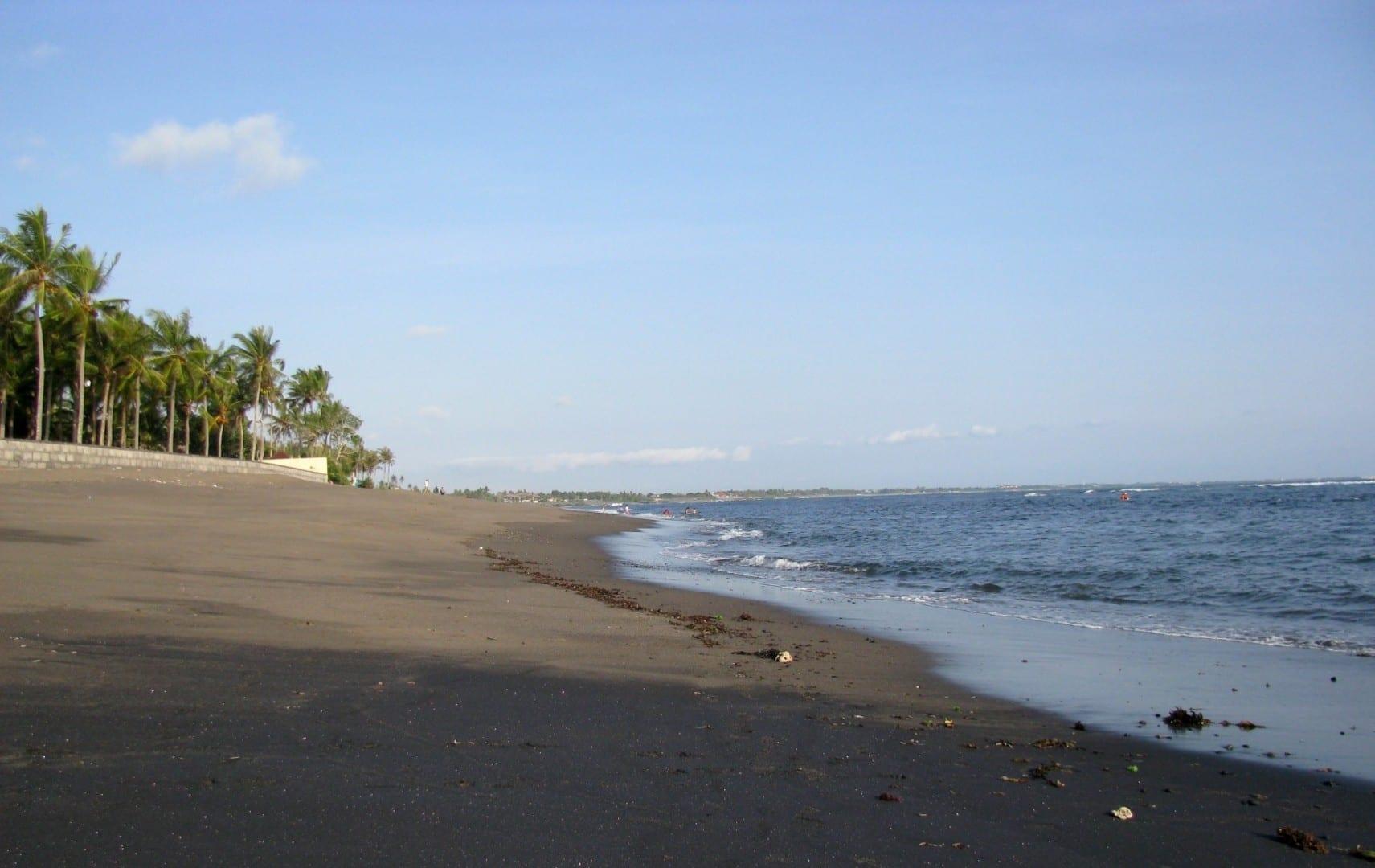Canggu tiene una larga playa de arena negra... Canggu Indonesia
