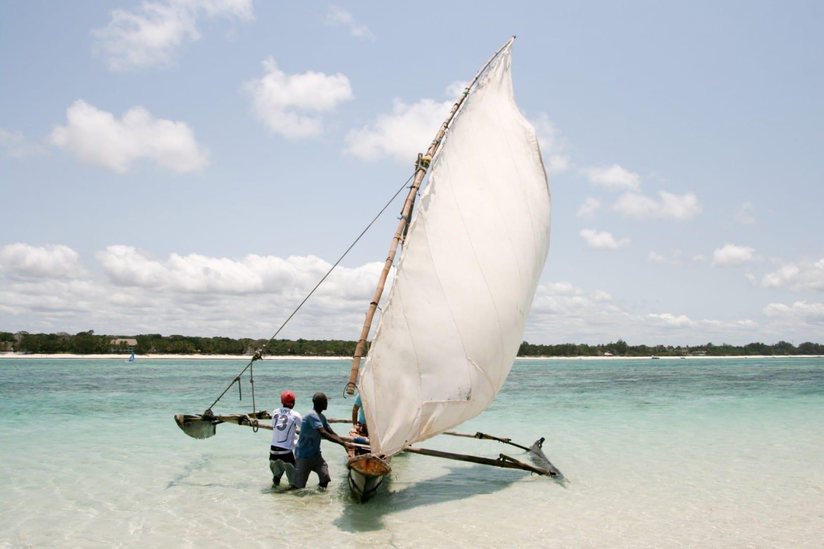 Canoa con balancín Playa Tiwi Kenia