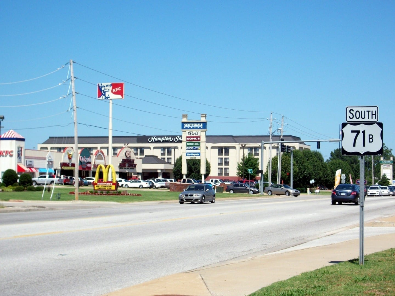 Como muchas ciudades de Arkansas, Rogers tiene un extenso desarrollo a lo largo de la autopista Rogers AR Estados Unidos