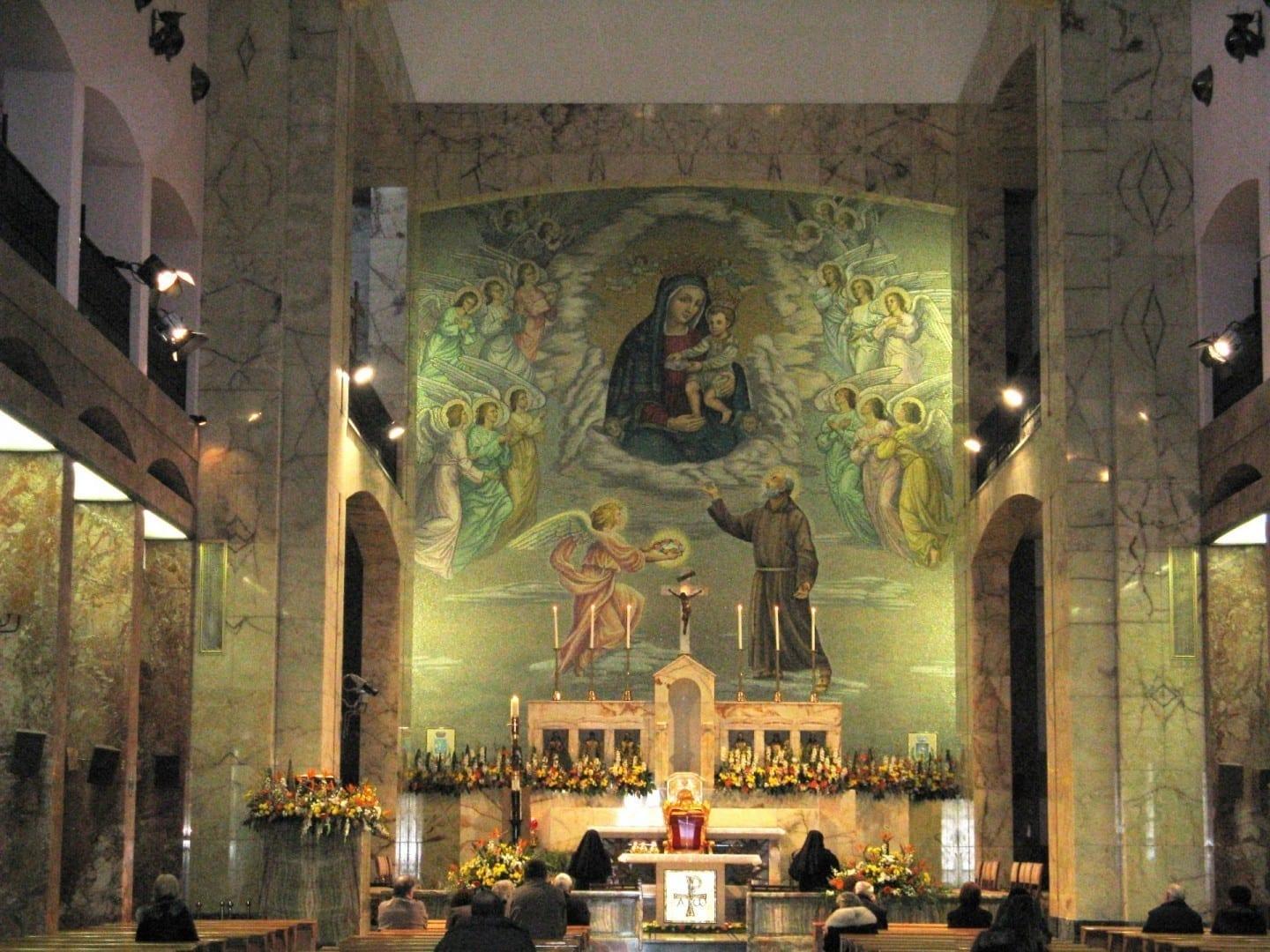 El altar de la Iglesia-Santuario de Santa María de las Gracias (Santa Maria delle Grazie) San Giovanni Rotondo Italia
