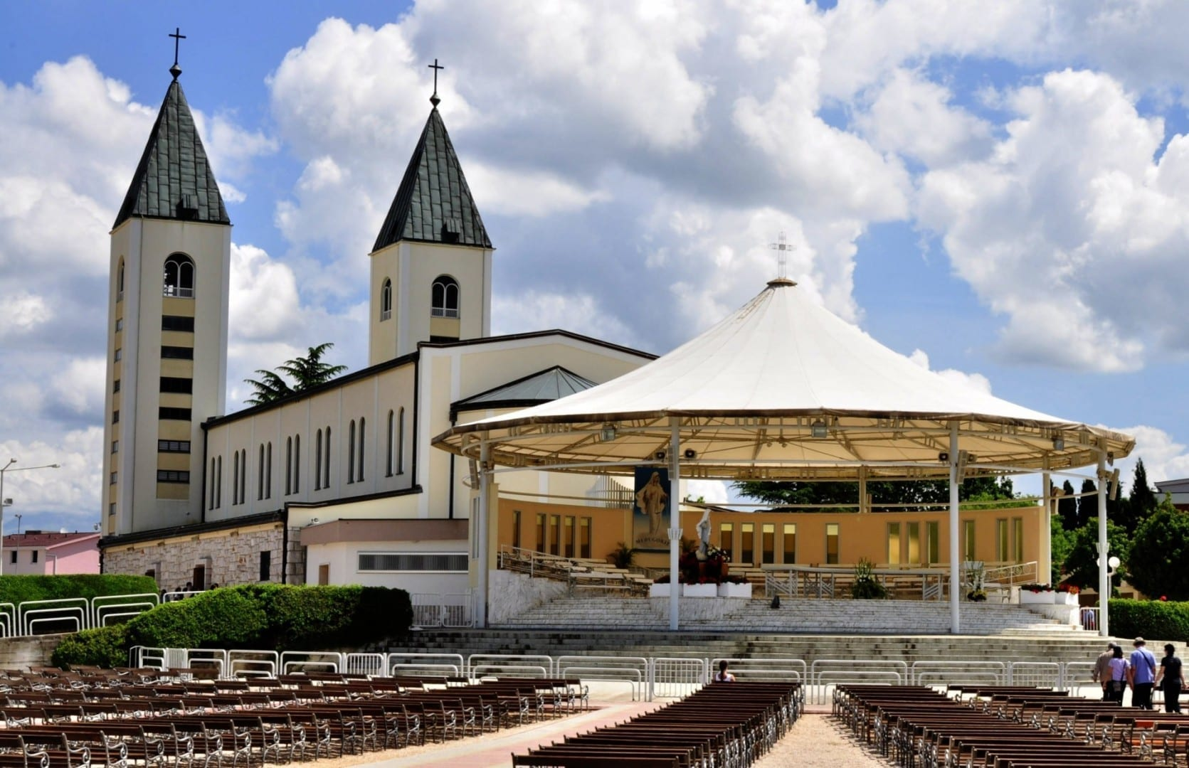 El altar exterior de la Iglesia de Santiago. Medjugorje Bosnia y Herzegovina