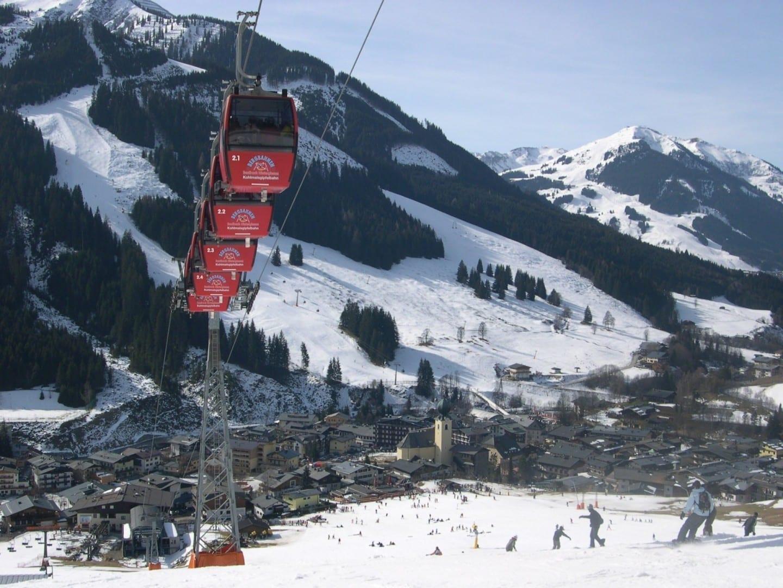 El ascensor de Kohlmaisbahn subiendo desde el pueblo de Saalbach. Saalbach-Hinterglemm Austria