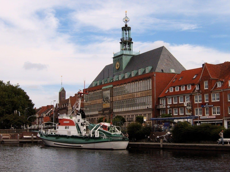El ayuntamiento de Emden y el barco museo