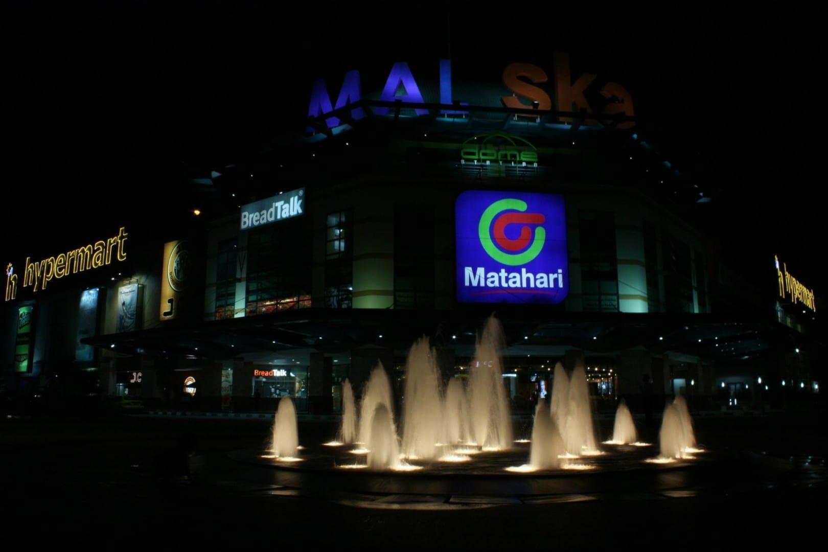 El centro comercial SKA de noche Pekanbaru Indonesia