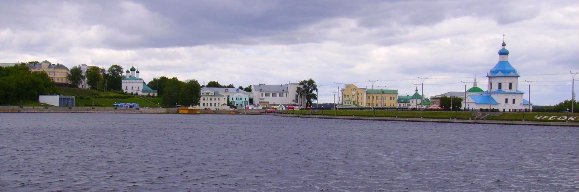 El centro de la ciudad de Cheboksary sobre la Bahía Artificial Cheboksary Rusia