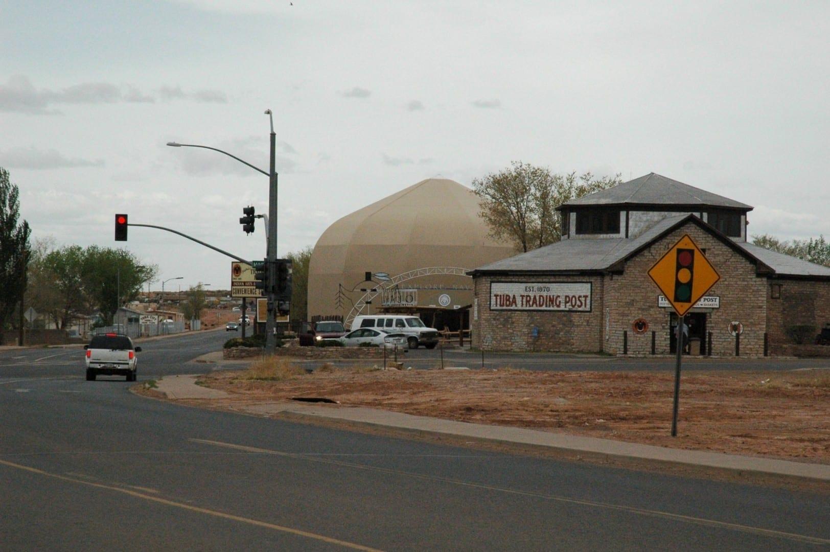 El centro de Tuba, con el puesto comercial de Tuba y el museo Explore Navajo Tuba City AZ Estados Unidos