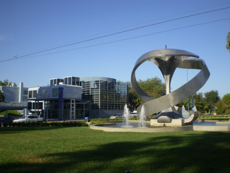 El General Roca con el Museo de Ciencias Naturales y el Monumento a la Manzana Neuquen Argentina