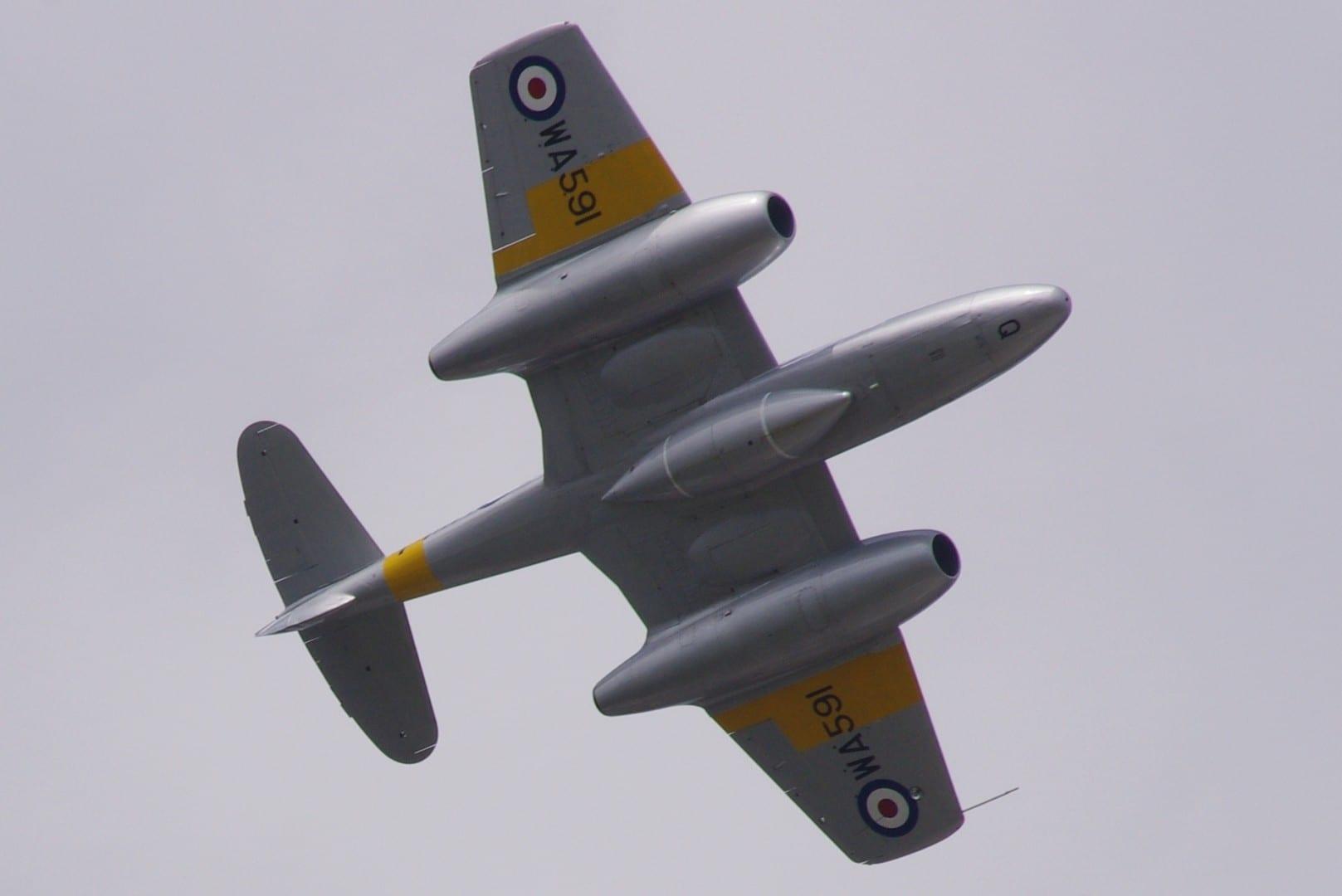 El Gloster Meteor, uno de los primeros aviones a reacción, fue desarrollado en Farnborough durante la Segunda Guerra Mundial. Aquí se lo ve volando en el 2014 I Farnborough Reino Unido