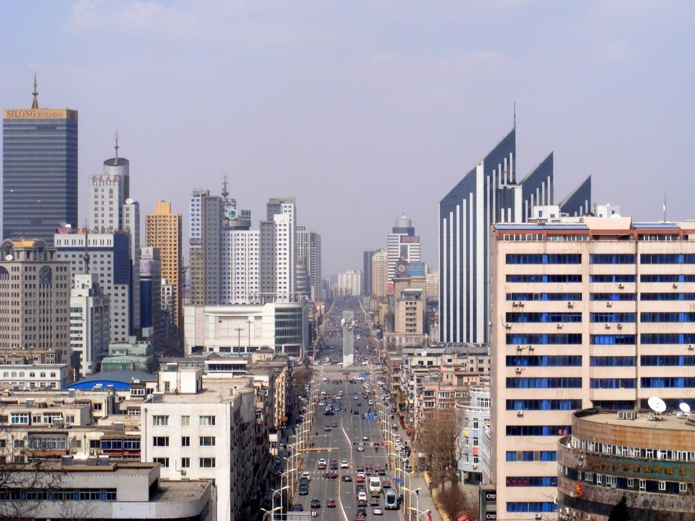 El horizonte de la ciudad de Anshan visto desde el parque Lieshishan. Anshan China