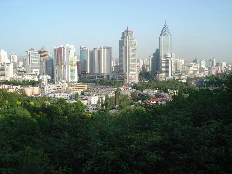 El horizonte de la ciudad desde el Parque Hongshan Urumqi China