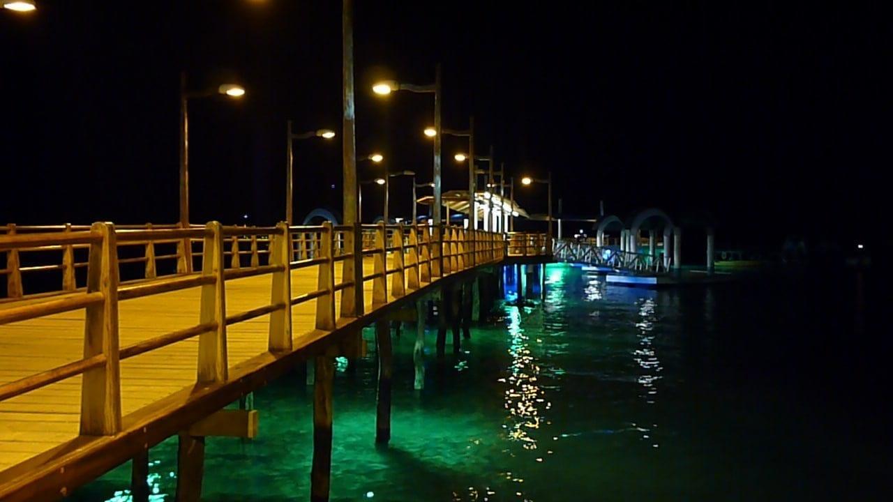 El muelle de Puerto Ayora de noche Isla Santa Cruz Ecuador