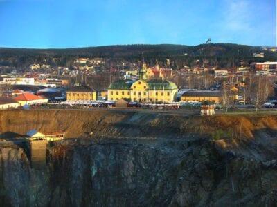 El museo de la minería (edificio amarillo), cerca del borde de la Gran Fosa. El centro de Falun está al fondo. Falun Suecia