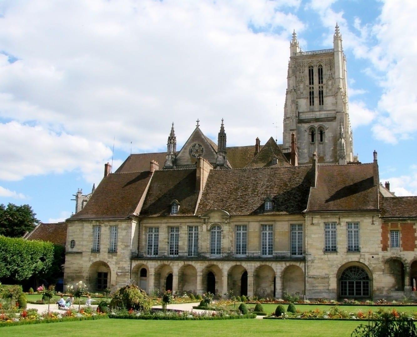 El palacio episcopal (palacio del obispo). Detrás del palacio se puede ver la Catedral de Meaux Meaux Francia