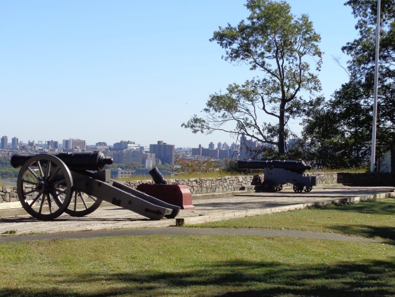 El Parque Histórico de Fort Lee, una reconstrucción de un campamento de la Guerra de la Revolución, con hermosas vistas y agradable vegetación. Fort Lee NJ Estados Unidos