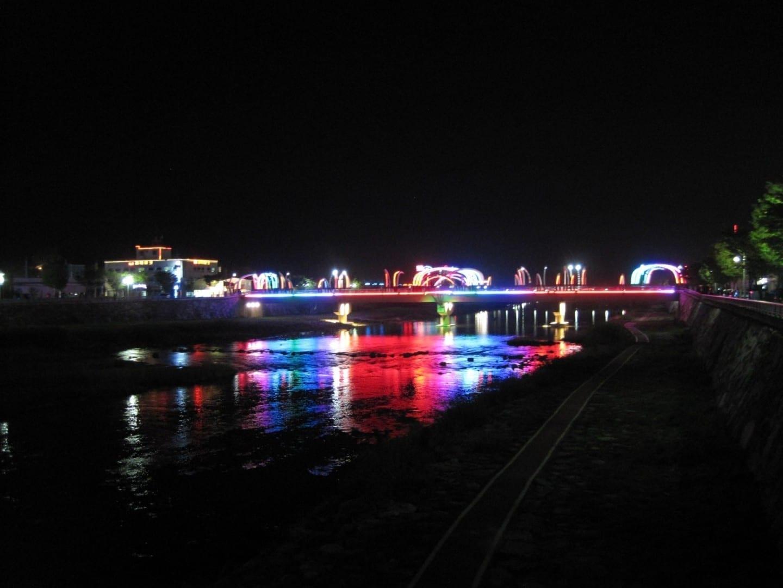 El puente de la luciérnaga de noche Muju Corea del Sur