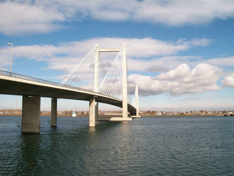 El puente del cable que se extiende a través del río Columbia y conecta Kennewick con Pasco. Kennewick WA Estados Unidos