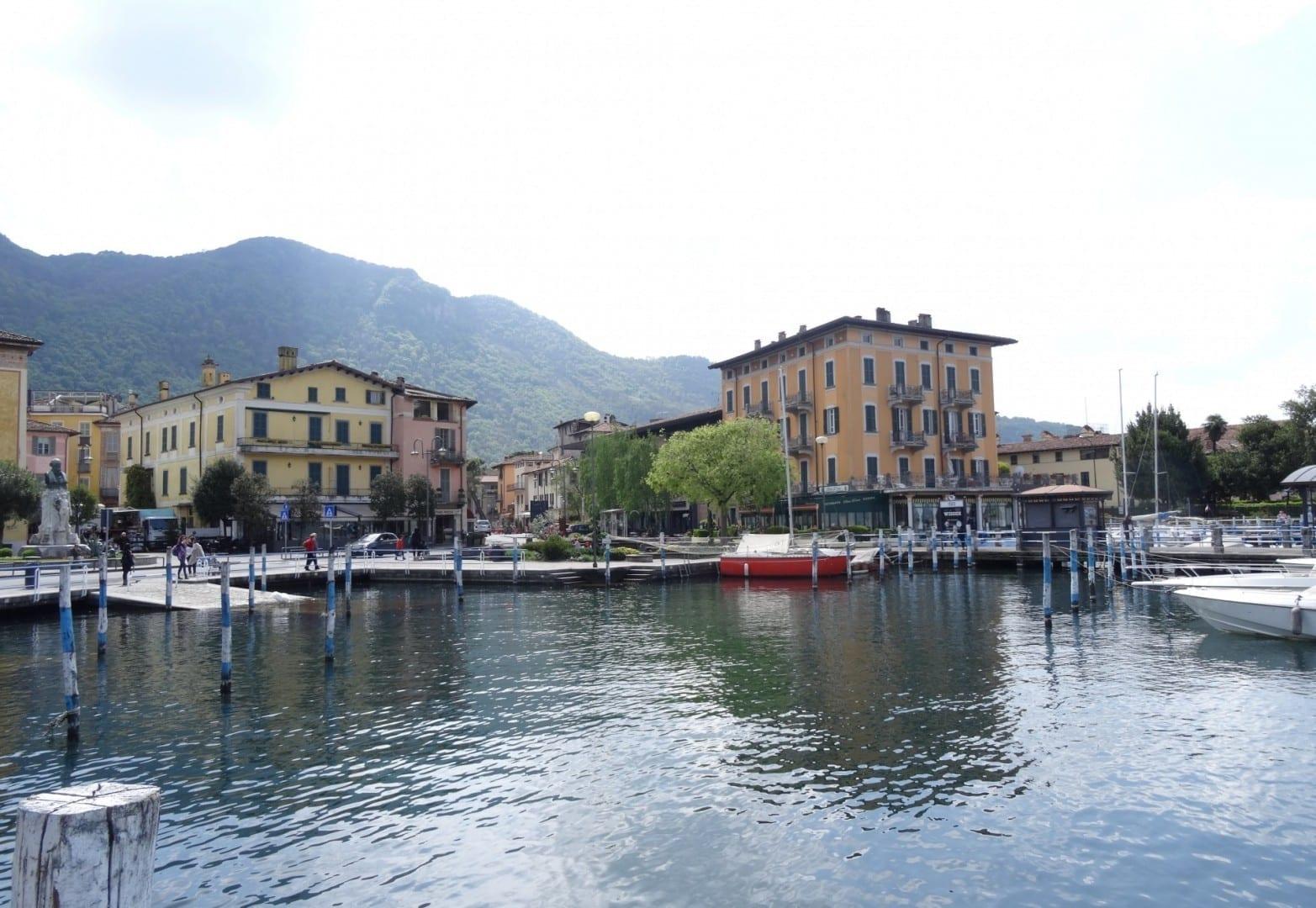 El puerto de Iseo con el Ristorante Leond'oro (edificio naranja) Lago Iseo Italia