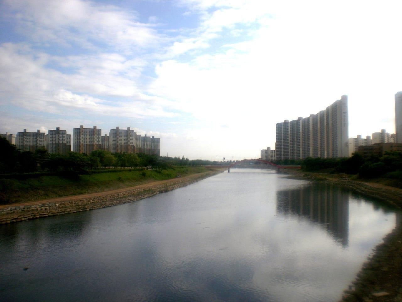 El río Ansan (Ansancheon) en el Parque Hosu Ansan Corea del Sur