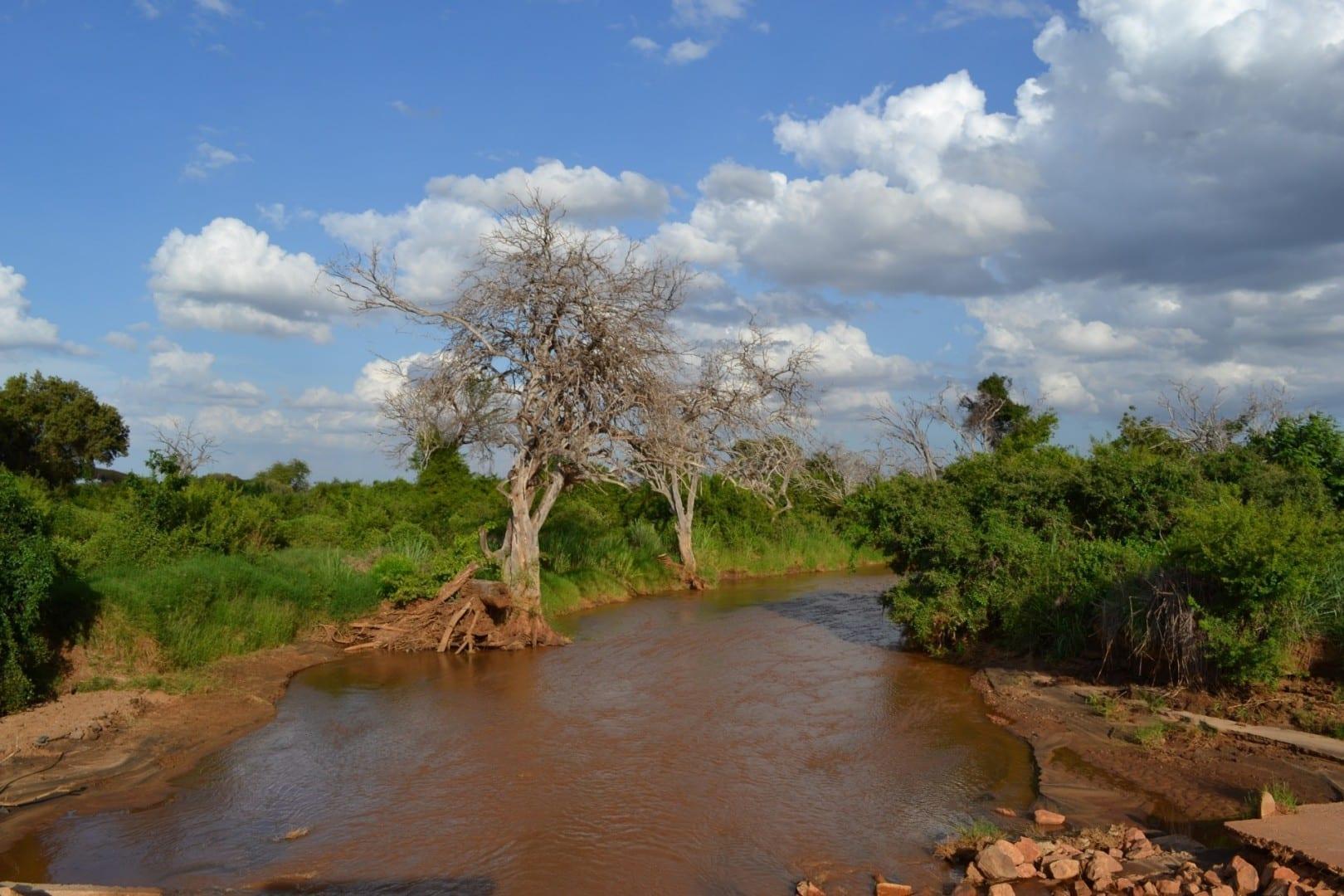 El río Voi hacia el este y la presa de Aruba Tsavo East National Park Kenia