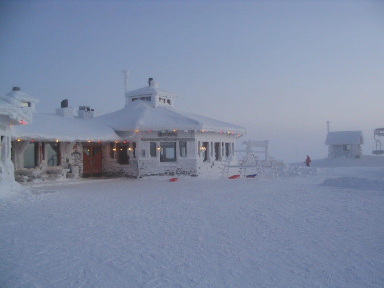 El restaurante en la cima de Kaunispää en invierno. Saariselka Finlandia