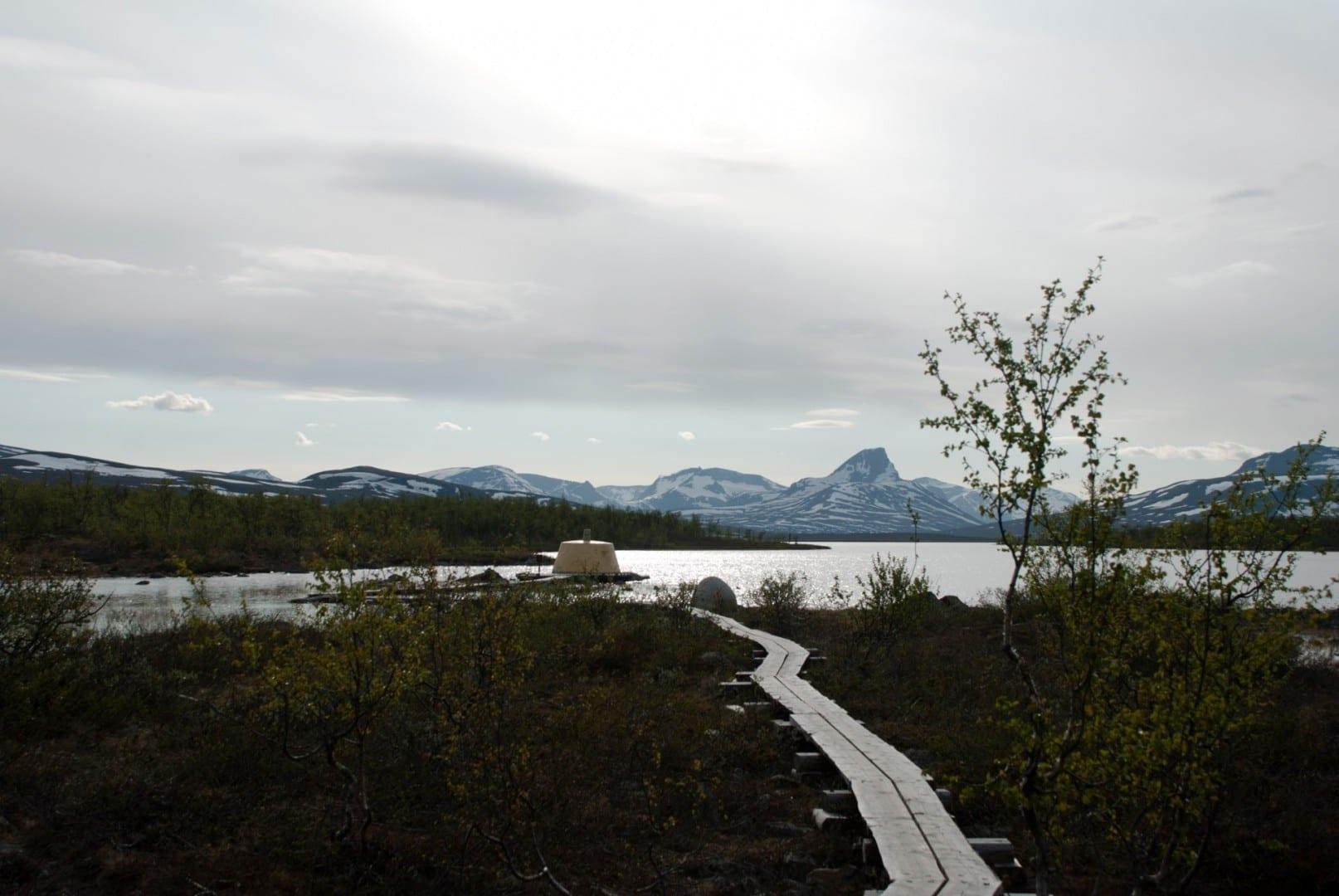 El tripoint en junio, con las altas montañas al fondo. Kilpisjärvi Finlandia