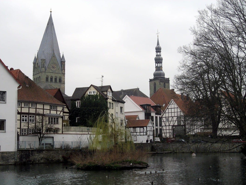 El viejo pueblo de Soest: La Catedral de San Patroclo (izquierda), la Iglesia de San Pedro (derecha), las históricas casas de madera y el gran estanque (en primer plano). Soest Alemania