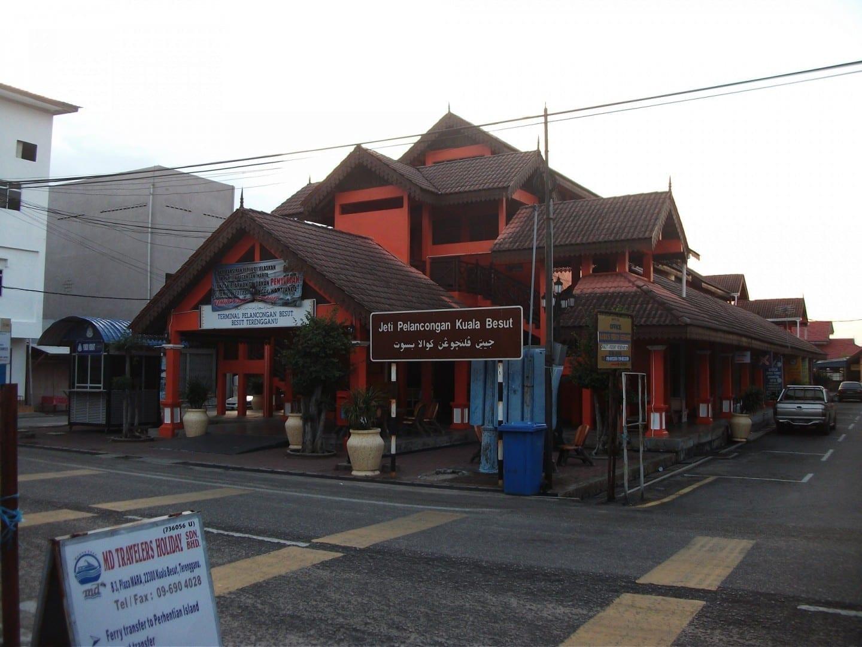 Entrada al muelle turístico de Kuala Besut, con su techo tradicional de estilo palaciego de Terengganu, que muestra el letrero en lengua malaya en Rumi (letras romanas) Kuala Besut Malasia