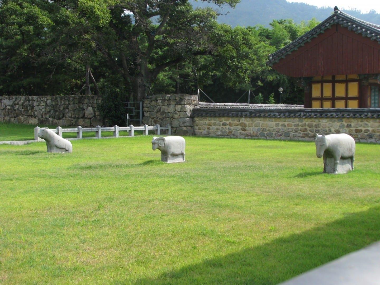 Esculturas en el lugar de la tumba de Kim Suro Gimhae Corea del Sur