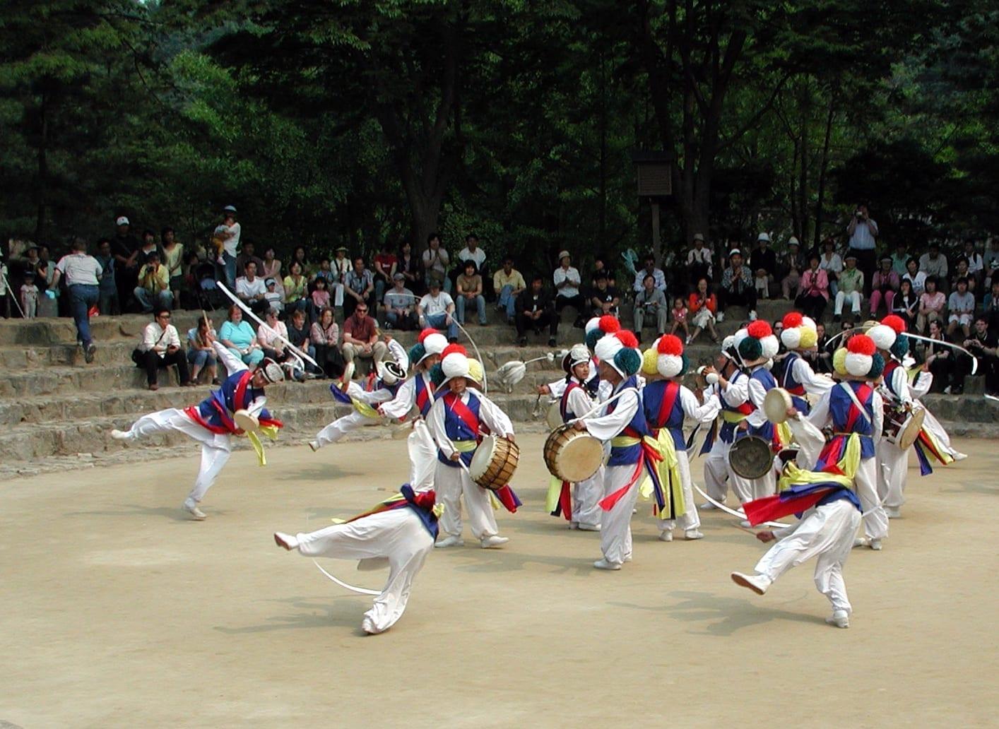 Espectáculo de danza en la aldea folclórica coreana Yongin Corea del Sur
