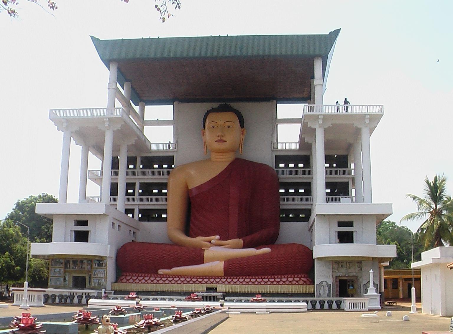 Estatuas gigantes de Buda en el templo de Weherahena Matara Sri Lanka