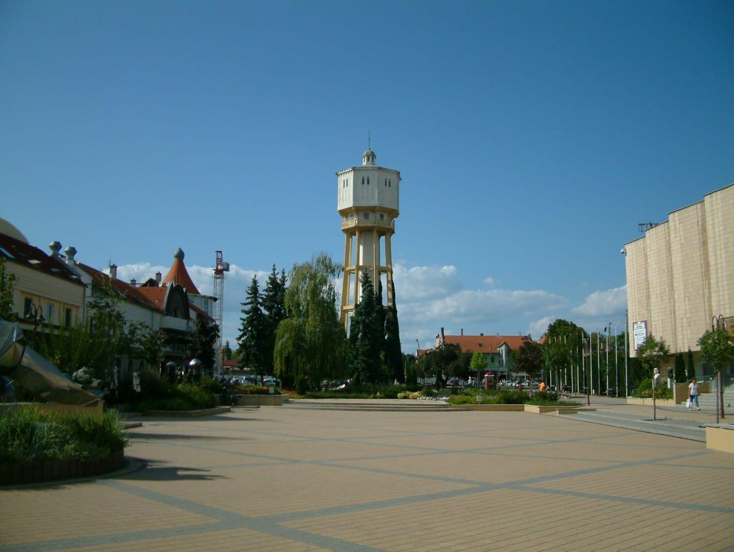 Fő tér (Plaza Principal) con la Torre del Agua Siófok Hungría