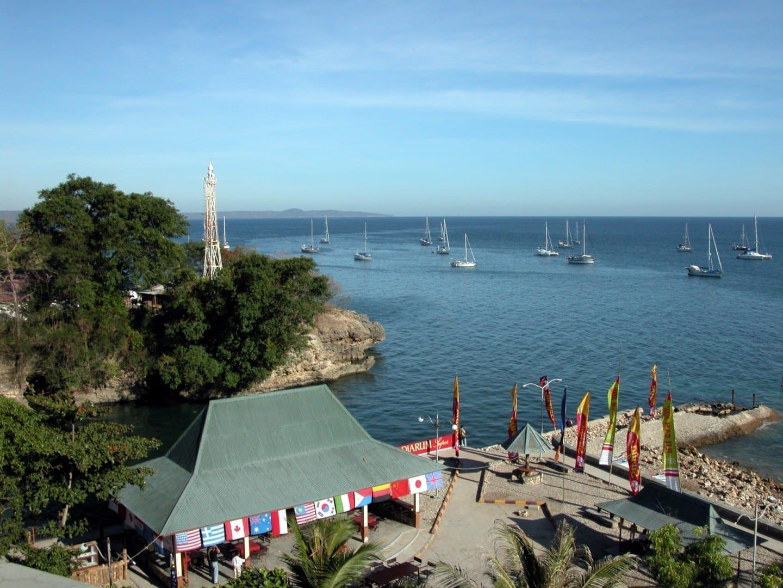 Faro Kupang, y el anclaje de los yates que participaron en Sail Indonesia en 2004 Kupang Indonesia