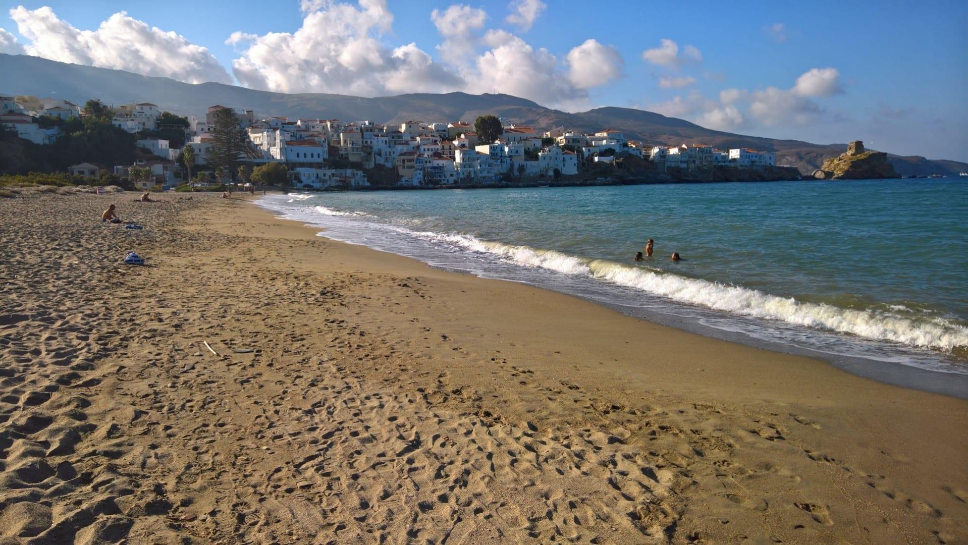 Fotografía de la playa principal del pueblo de Andros, mirando hacia atrás a Andros Andros Grecia