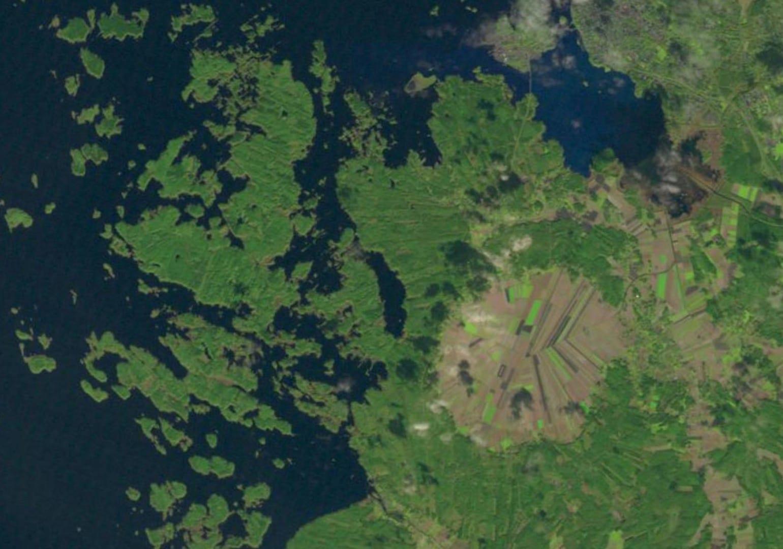 Imagen Landsat de la estructura de impacto de Söderfjärden (el área redonda marrón de uso agrícola). Vaasa Finlandia