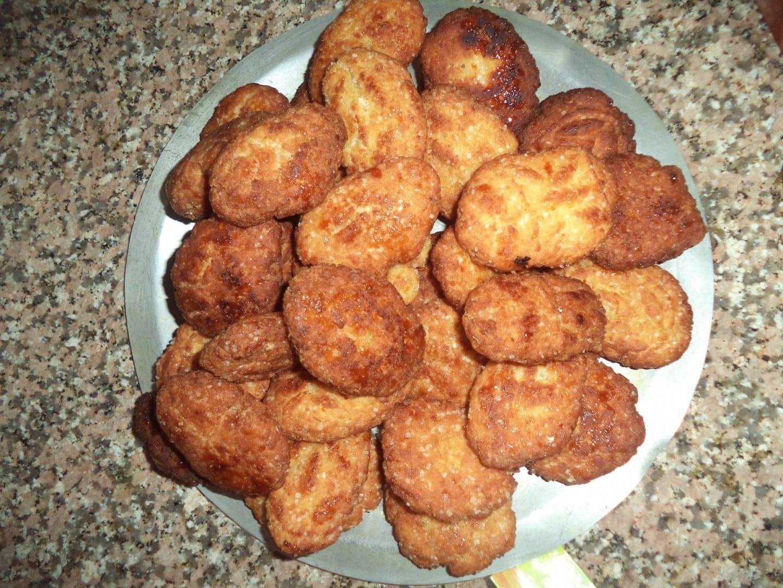 Khajur o Thekuwa se compone de harina de trigo, maidha, azúcar y frutos secos. Gaya India